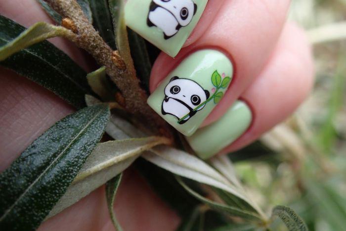uñas largas pintadas en vede claro con dibujos de pandas, uñas largas en forma cuadrada, dibujos en uñas adorables