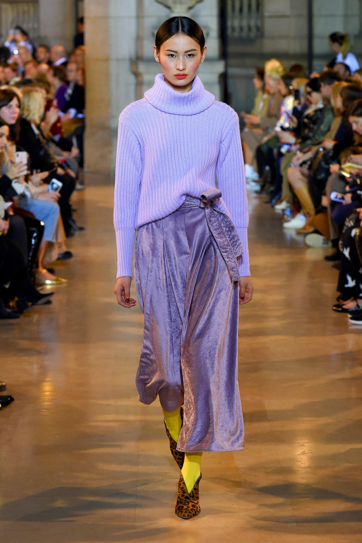 elegante atuendo en color lavanda suave con calcetines en amarillo y tacones con print animal, ideas de tendencias otoño invierno 2019