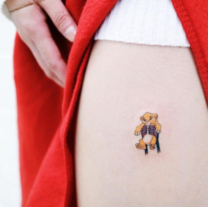 pequeño tatuaje en la cadena, tatuajes del Rey León, tatuajes disney en fotos, 75 ideas de tatuajes de tattoos bonitos