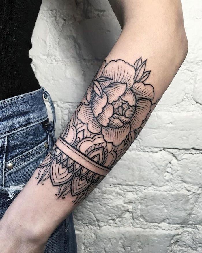 tatuajes para mujeres con flores, bonitos diseños de tattoos con flores originales, tatuaje brazalete en el antebrazo