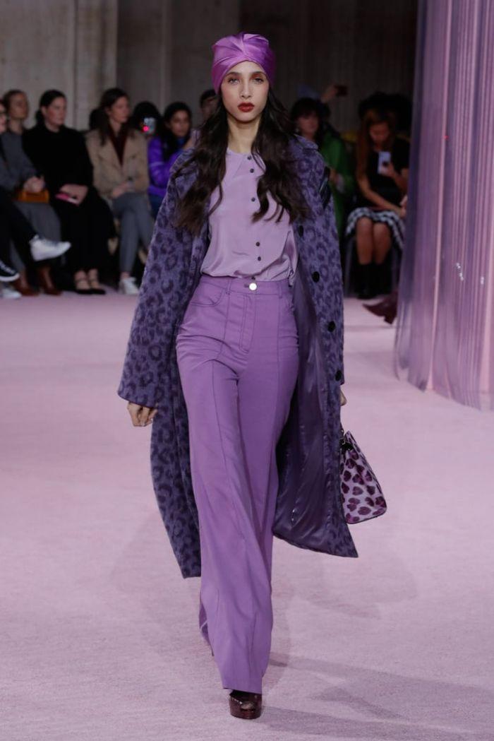 colores y tendencias otoño 2019, pantalones con cintura alta color lavanda, blusa de seda en lavanda clara y abrigo print animal