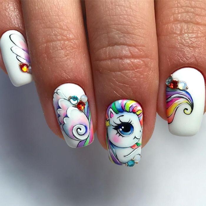colores y diseños para uñas, dibujos en uñas originales, dibujos divertidos, uñas largas blancas con dibujos en colores pastel