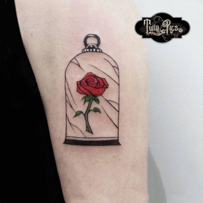 tatuaje rosa de la Bella y la Bestia, tatuajes disney originales, diseños de tatuajes en el antebrazo, dibujos para tatuajes con significado