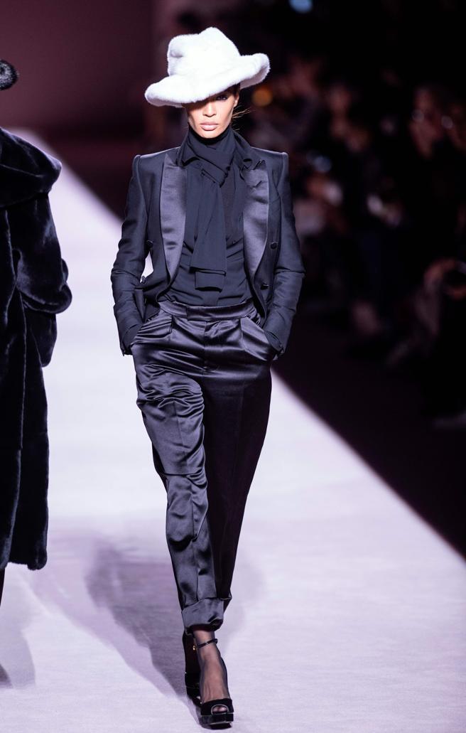 elegante traje con pantalon negro de satén y chaqueta con elementos satinados, ideas de tendencias otoño invierno 2019 2020