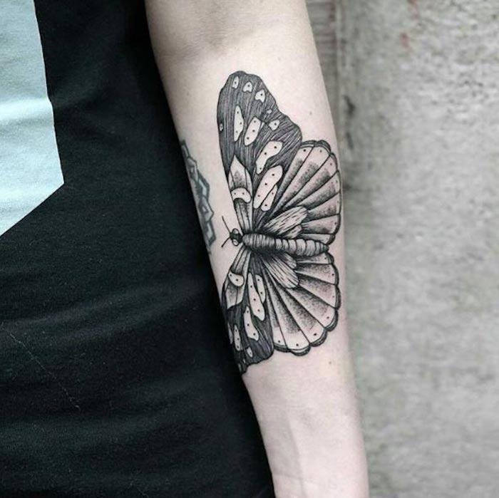 tattoo para mujeres con mariposa, diseños de tatuajes originales y bonitos, tatuajes simbólicos típicos para mujeres