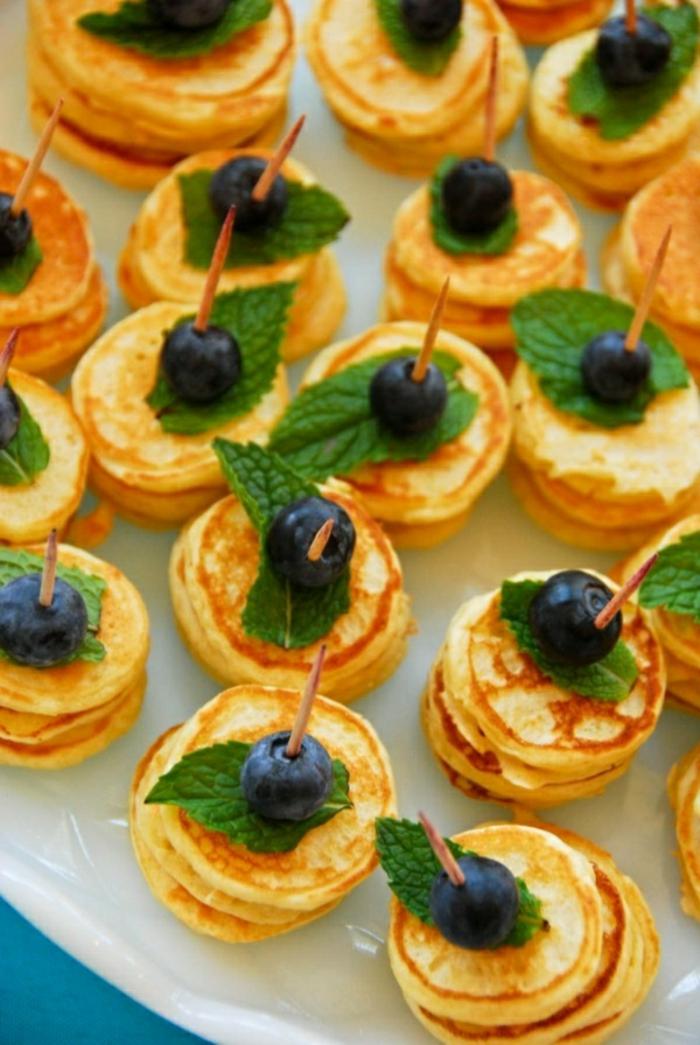 desayunos faciles y rapidos para el bunch ideal, mini panqueques con arándanos y hojas de hierbabuena, las mejores recetas en fotos
