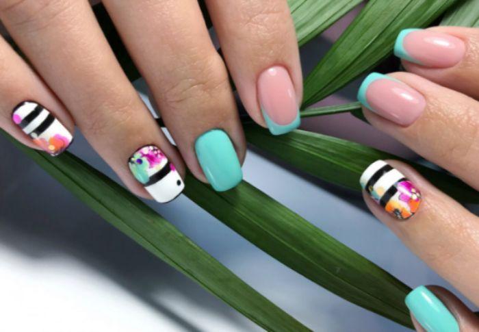 diseños de uñas francesas decoradas de manera original, uñas francesas con puntas en color azul y decorados de flores