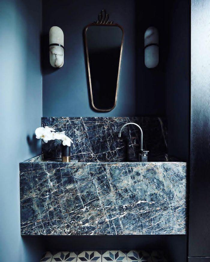 decoracion de baños en los colores de la temporada, pequeño baño con paredes en color azul y lavabo de mármol