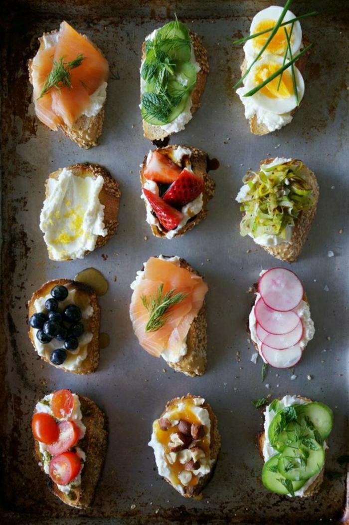 ideas sobre qué comer hoy, tostadas con crema de queso, atún, frutas frescas, enaldo, hierbanuena y tomates cereza