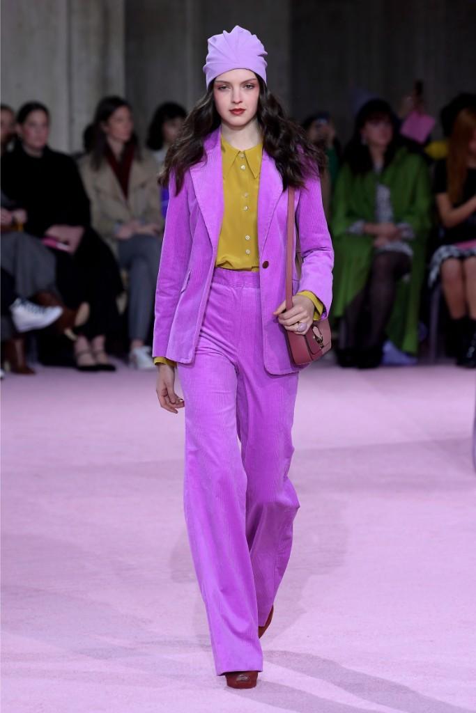 colores modernos y tendencias otoño invierno 2019 en la moda femenina, atuendo de terciopelo en color malva suave