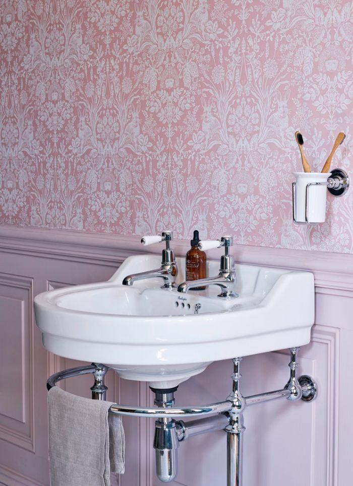 cuartos de baño fotos, cuartos de baño decorados en colores vintage, baño en color rosado y lila con papel pintado ornamentado