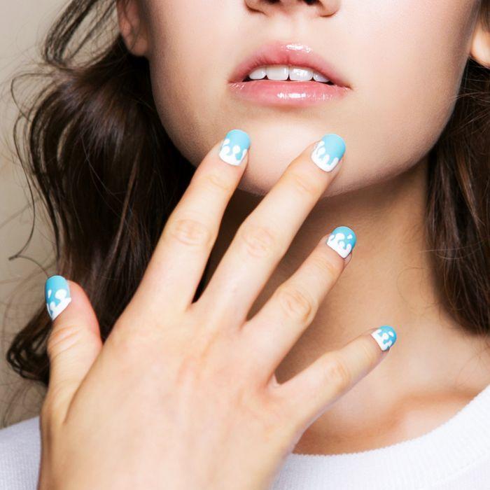 dibujos en las uñas fáciles de hacer, elegantes uñas pintadas en blanco y azul, diseños de uñas bonitos y sencillos