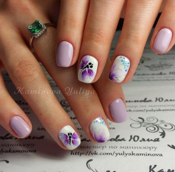 los mejores ejemplos de dibujos en uñas, uñas cortas pintadas en color lila y blanco con hermosos dibujos de mariposas