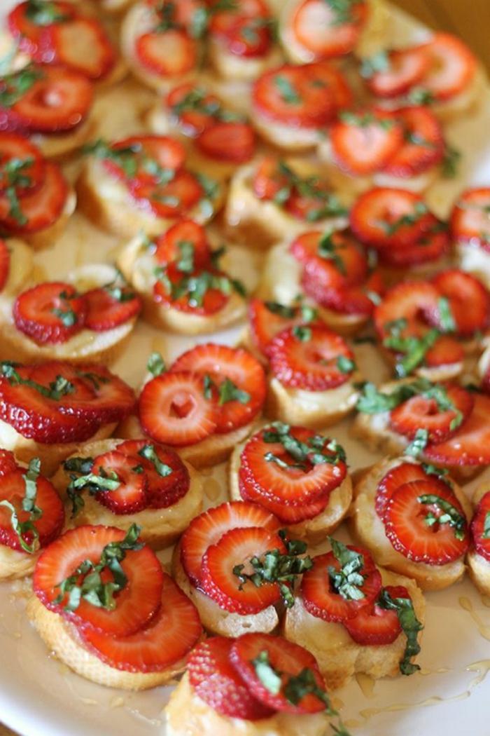 mini tostadas con fresas frescas y perejil, aperitivos ricos para desayuno almuerzo, desayunos faciles y rapidos en fotos