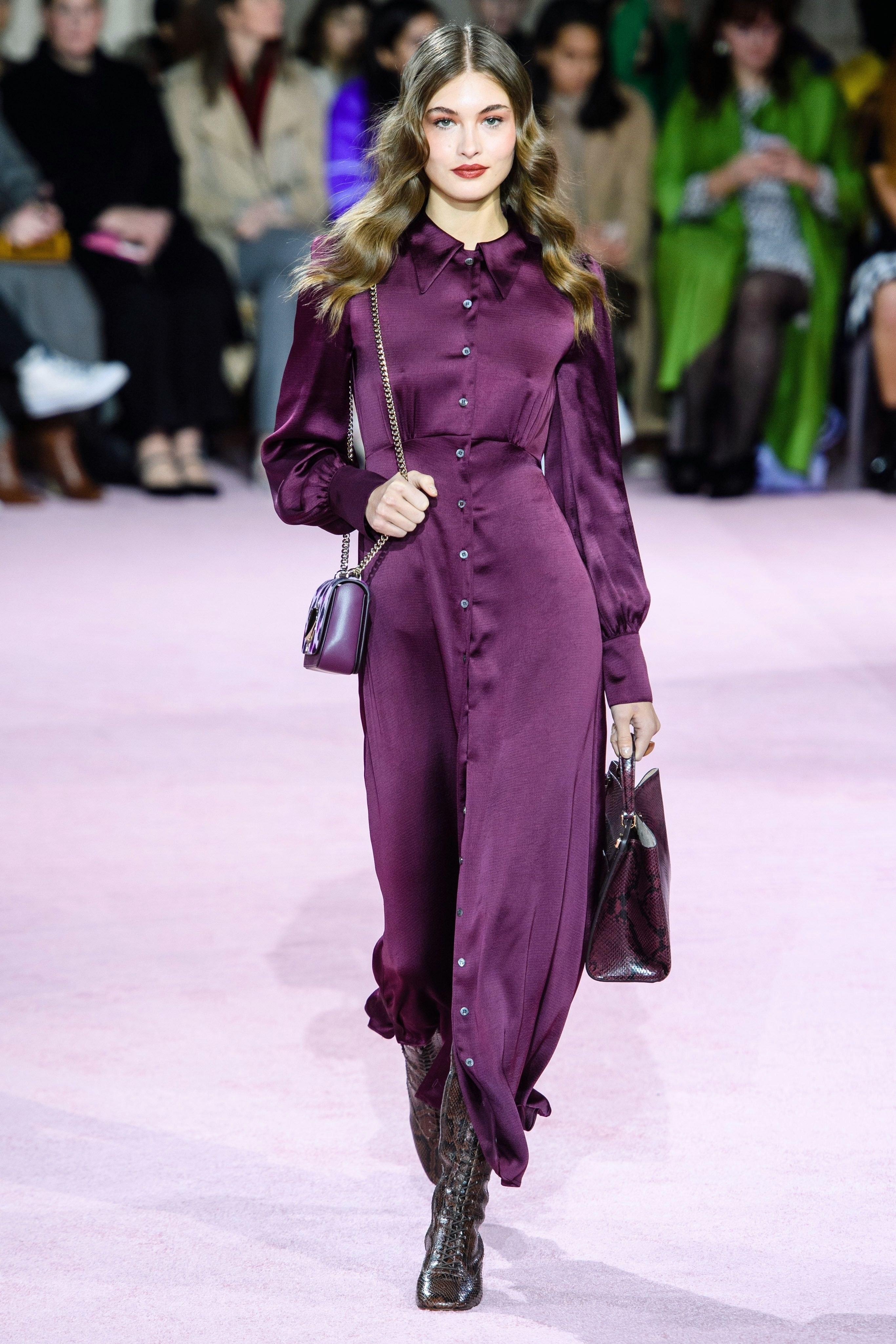 imagenes con atuendos moda mujer 2019 2020, tendencias otoño invierno 2019, precioso vestido satinado en color morado oscuro