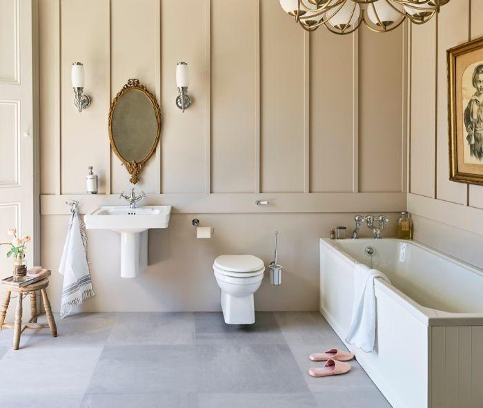 super bonito baño con decoración en estilo vintage, cuartos de baño fotos, paredes en color beige, espejo ornamentado de época