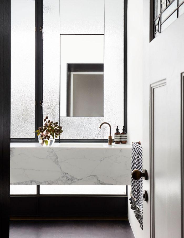 baño decorado en estilo contemporáneo en blanco y negro, ideas de cuartos de baño fotos, lavabo grande de mármol