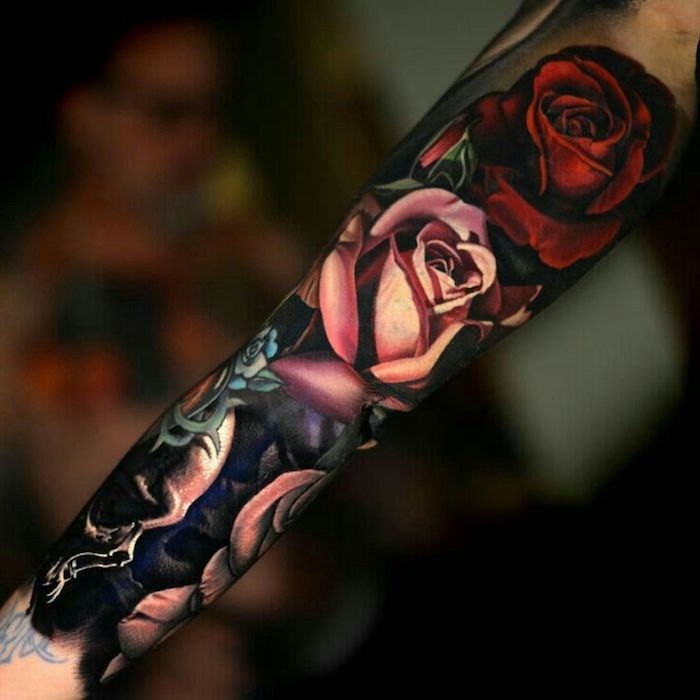 flores y rosas en los diseños de tatuajes, tattoos en colores en tonos oscuros, diseños de tattoos en el brazo entero