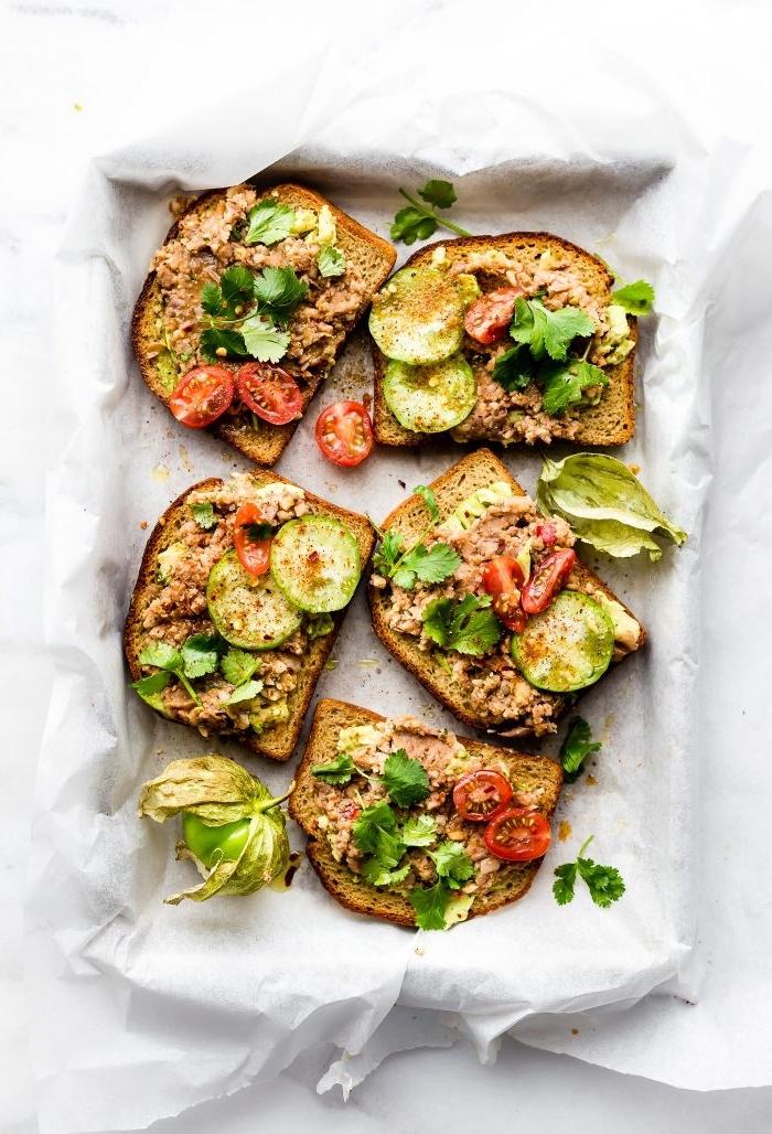 como hacer recetas de desayunos fáciles y rápidos, tostadas con atún, pepinos y tomates cereza, recetas de desayuno