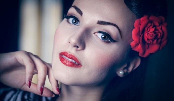 peinados pin up pelo suelto en fotos, rosa roja en el pelo, fotos de peinados mujer originales, maquillaje rojo y uñas rojas
