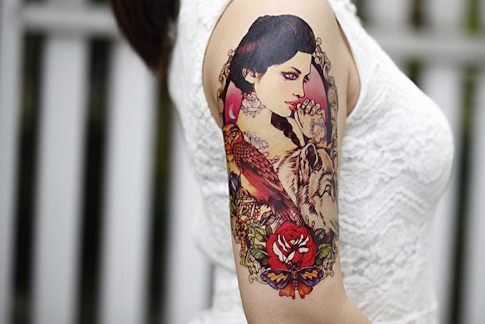 tatuajes para mujeresn femeninos y bonitos, tatuajes en colores, diseños de colores en estilo vintage, tatuajes old school