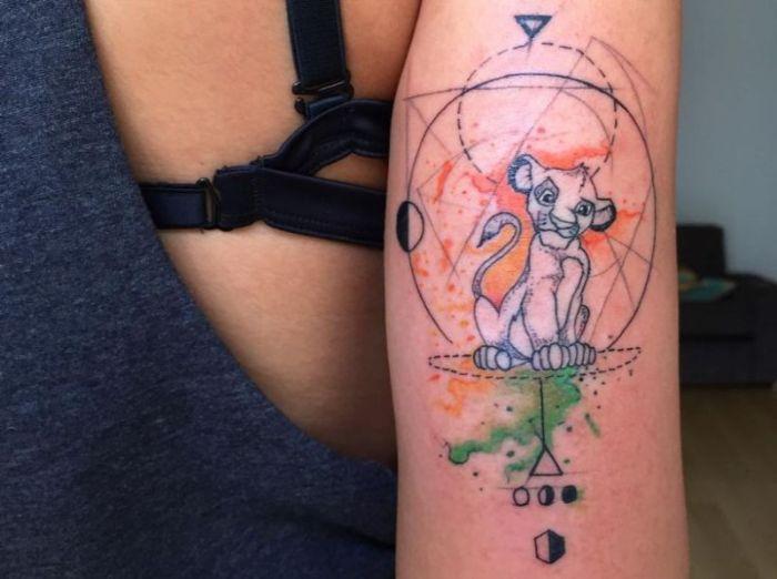 super originales diseños de tatuajes del Rey León, tatuaje geométrico en el brazo, diseños de tatuajes coloridos y originales