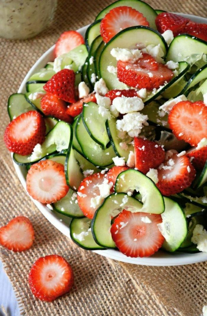 super originales ideas de almuerzos tempranos, ensaladas con vitamines, ensalada con pepinos, fresas y queso blanco