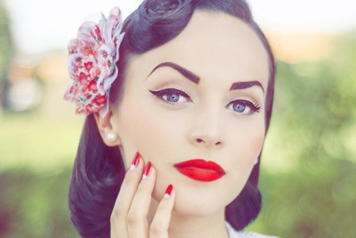 bonitas ideas de recogidos pelo corto en estilo vintage, rosas en el pelo, labios color rojo y pendientes con perlas