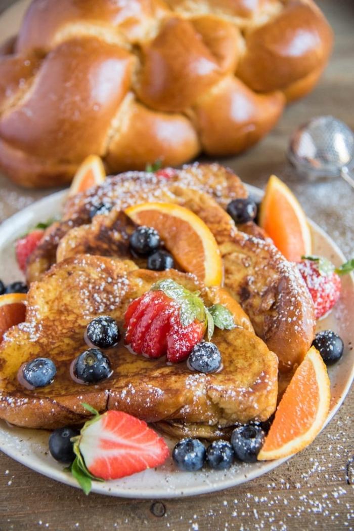 super originales ideas de recetas de desayuno tardío, tostadas francesas con jarabe de acre, arándanos y fresas frescas