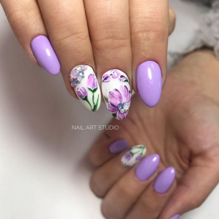 dibujos en uñas con motivos florales, uñas largas de forma almendrada pintadas en lila y blanco con detalles florales