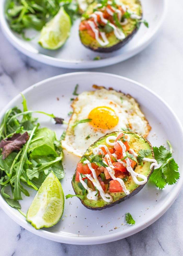 ideas sobre qué comer hoy, ideas sobre como hacer un desayuno tardío, aguacate relleno con tomates, huevos estrellados y verduras