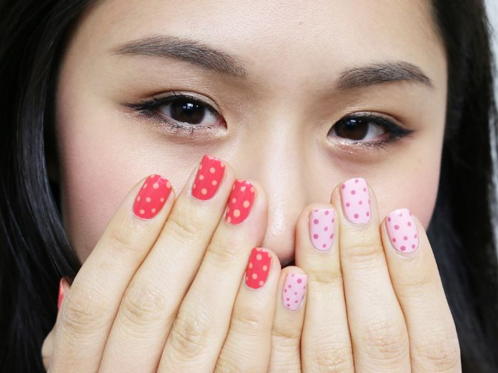 ejemplos de diseños de uñas faciles que puedes hacer en casa, uñas pintadas en rojo y rosado con lunares, ideas de manicura