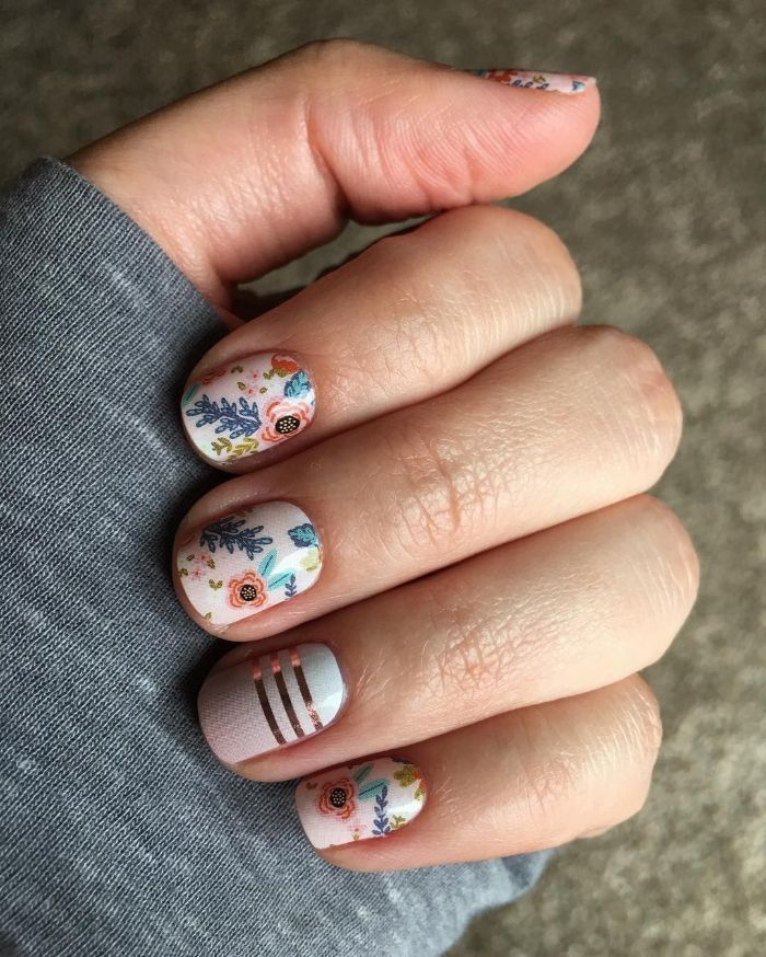 uñas cortas con decorados con motivos florales, diseños de uñas faciles y bonitos, pegatines para uñas, manicura en colores claros