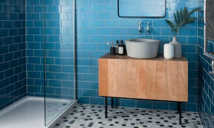 decoración de cuartos de baño en colores bonitos, azulejos para baños azules, tendencias en la decoración de baños