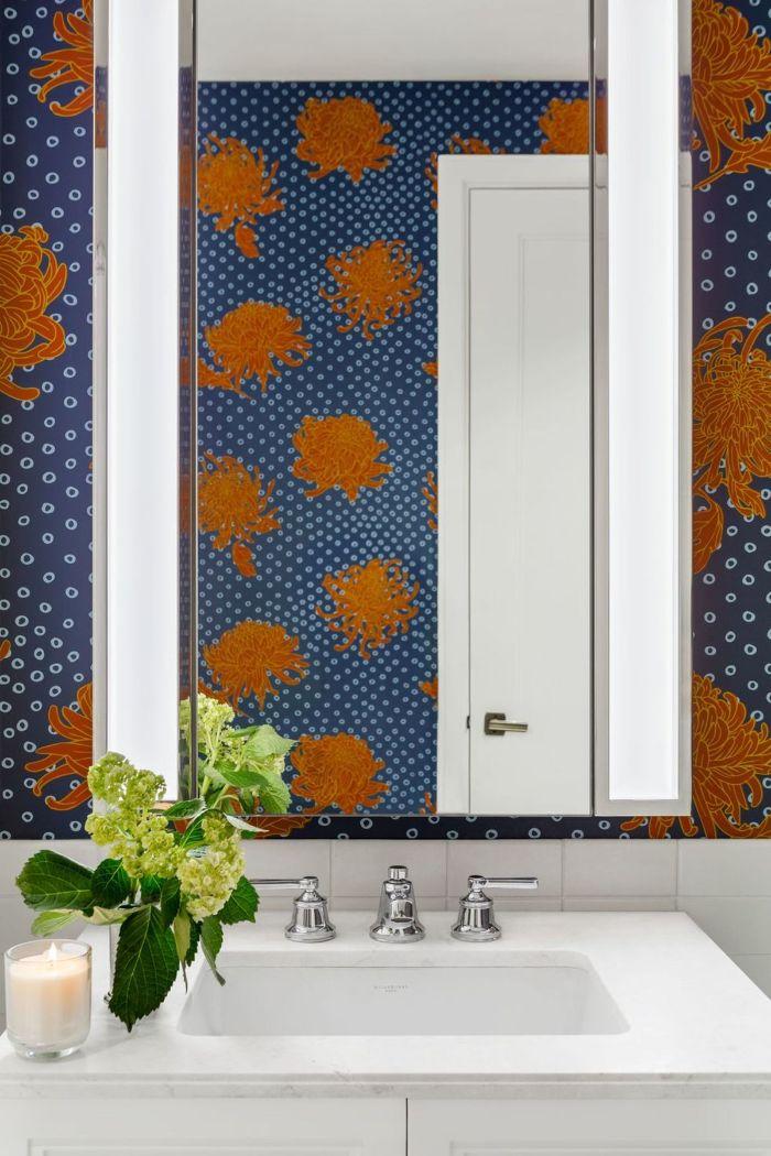 baños modernos con ducha, paredes para baños en colores originales, papel pintado en color azul con motivos florales