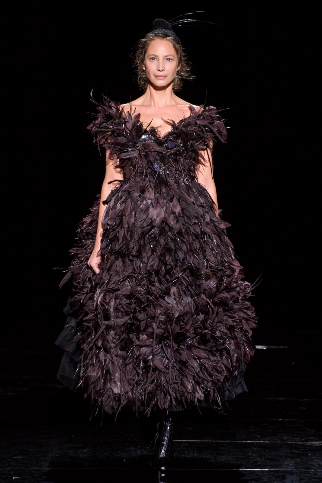 color púrpura de tiro, tendencias otoño invierno 2019, vestido de plumas en color morado oscuro de Marc Jacobs, ultimas tendencias en moda mujer