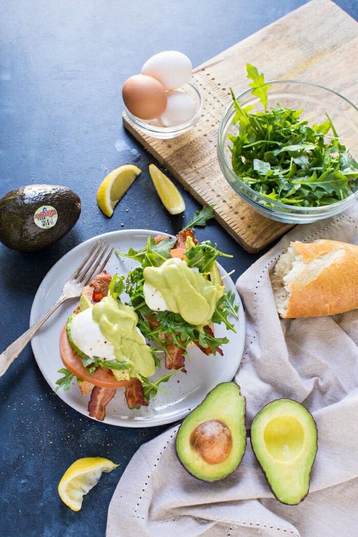 tostadas con salsa de aguacate, rucola y lonchas de jamón, recetas de verano faciles rapidas y baratas en imágenes