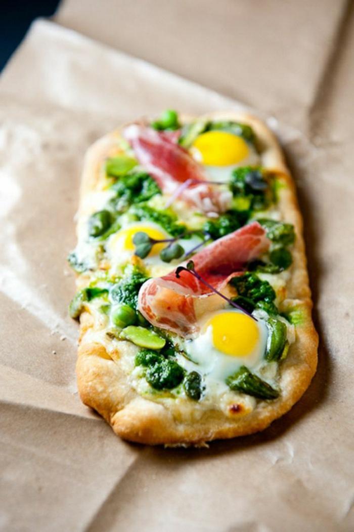 pizza casera con espinacas, jamón casero y huevos estrellados, recetas de verano faciles rapidas y baratas en imagenes