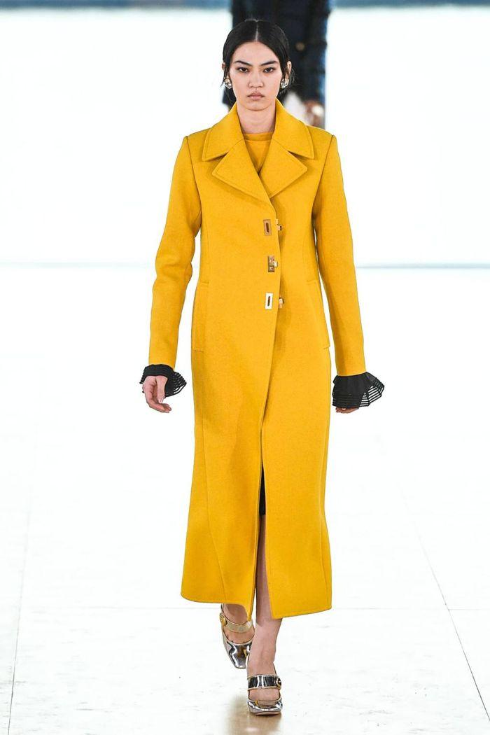 colores modernos en la moda mujer 2019, tendencias otoño 2019, abrigo largo color naranja combinado con detalles en plata