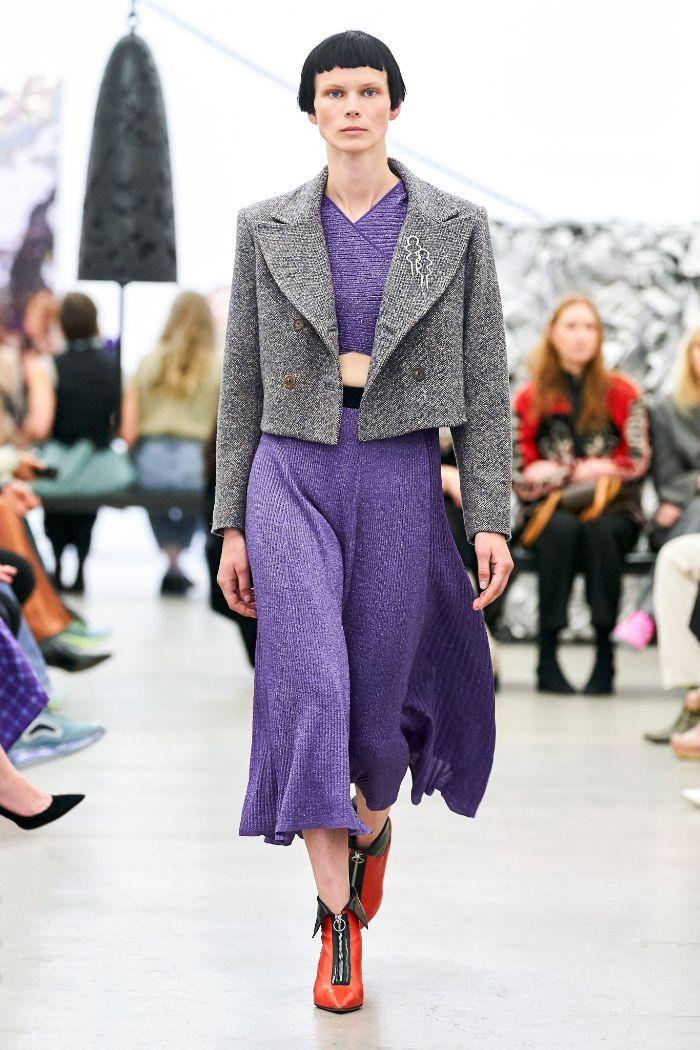combinaciones de colores modernos para el otoño, falda y parte superior en color lavanda y abrigo en gris claro