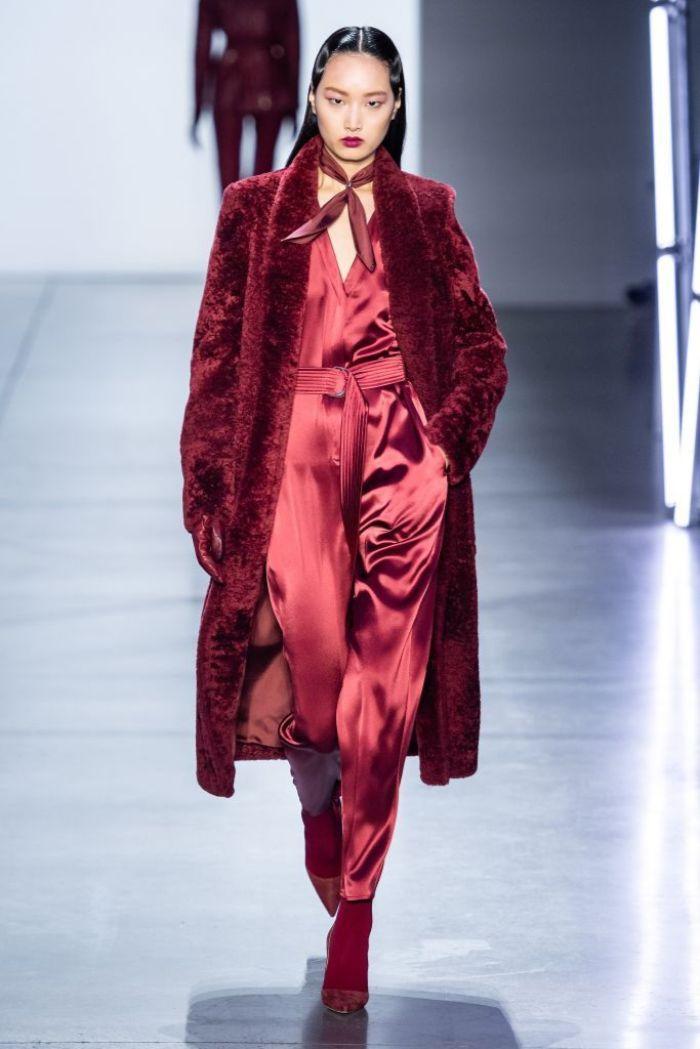tendencias otoño invierno 2019 mujer, prendas de ropa modernas, mono en color rojo brillante, prendas satinadas para el otoño