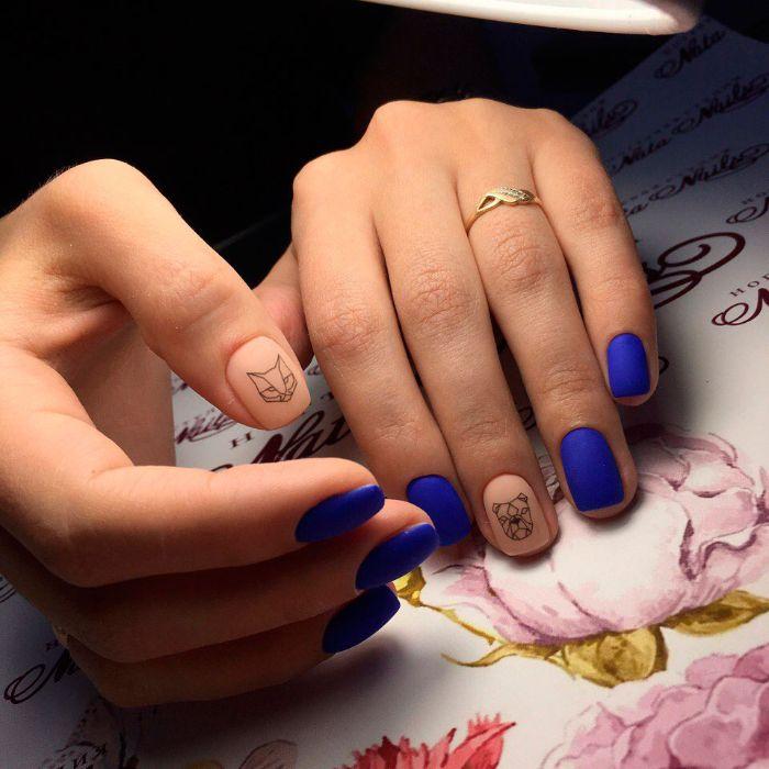 uñas pintadas en beige y azul vibrante con esmalte acabado mate, diseños de uñas faciles y bonitos con dibujos geométricos