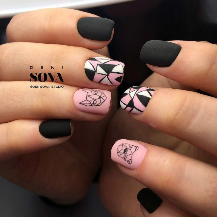 figuras geométricas y dibujos en las uñas, uñas decoradas con detalles bonitos, uñas cortas mate pintadas en rosado y negro