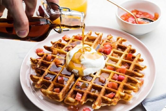 desayunos faciles y rapidos de desayunos caseros, gofres con salsa jarabe de acre, frutas y nata, desayunos dulces