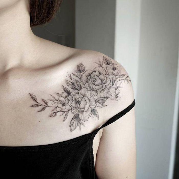 precioso tatuaje con peonías en el hombro, imágenes de tatuajes para mujeres bonitos, tatuajes hermosos para cada uno