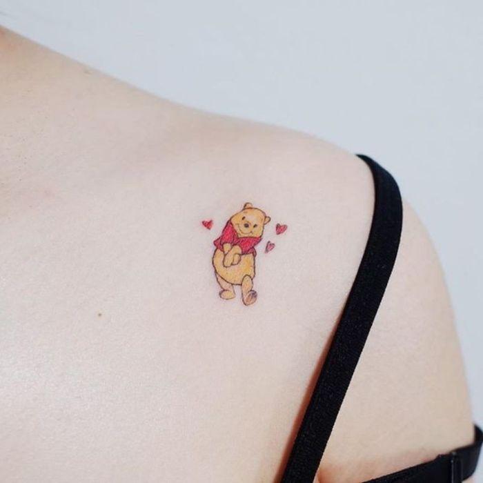 diseños coloridos de tatuajes originales, tatuaje el Oso Pooh pequeño en el hombro, diseños de tatuajes divertidos