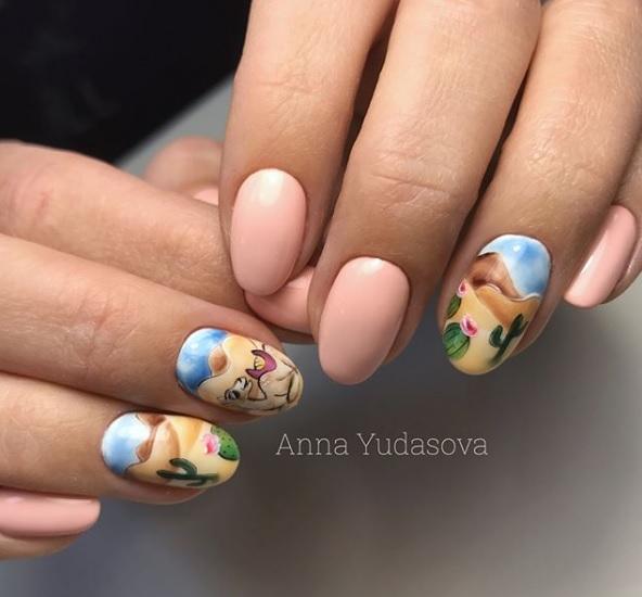 diseños de uñas elegantes y delicados para damas, uñas largas pintadas en color nude con bonitos dibujos inspirados en el desierto