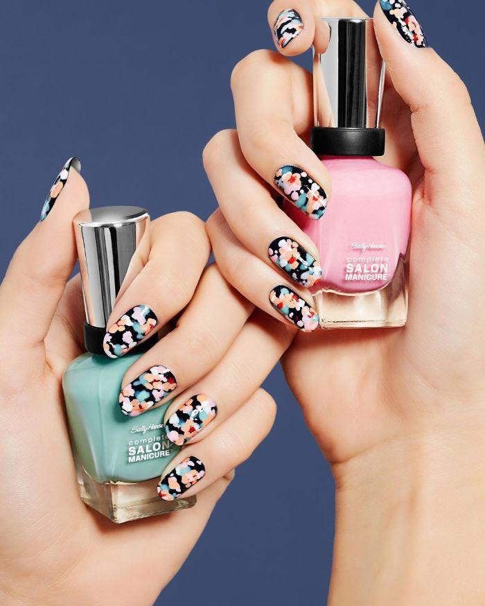 diseños de uñas para estar a la última este verano, uñas largas pintadas en negro con decorados de flores en diferentes colores