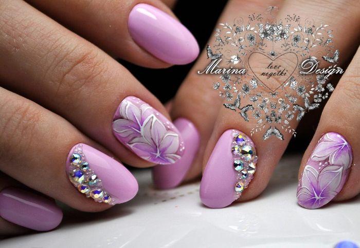 uñas decoradas con piedras brillantes y dibujos de motivos florales, diseños con flores en las uñas, uñas pintadas en colores pastel
