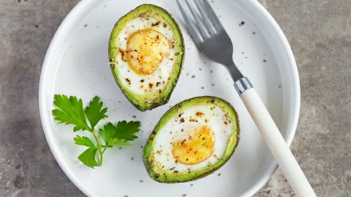 barcos de aguacate con huevos fritos estrellados y esspecias, perejil, ideas de recetas saludables para el verano en fotos